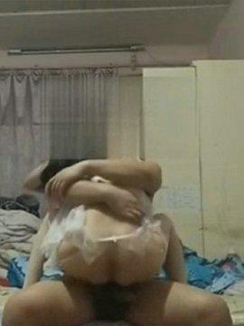 小房间里的激情,偷拍老婆的淫�模样!